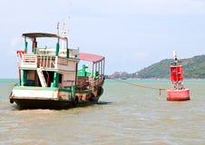 O barco de madeira amarrou na bóia vermelha Imagem de Stock Royalty Free