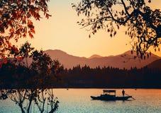 O barco de madeira chinês da recreação flutua no lago ocidental Imagens de Stock Royalty Free