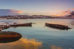 O barco de madeira destruído velho no vê fotos de stock