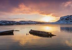 O barco de madeira destruído velho no vê fotografia de stock royalty free