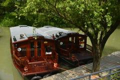 O barco de madeira no lago fotografia de stock royalty free