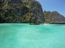 O barco de madeira pequeno da cauda longa está dirigindo à beleza da esmeralda Foto de Stock