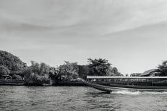 O barco de madeira tailandês da cauda longa correu o pomar passado por Chao Praya River fotografia de stock royalty free