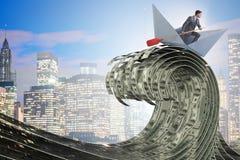 O barco de montada do papel do homem de negócios no mar do dólar foto de stock royalty free