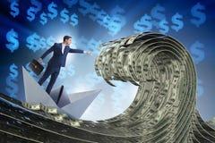 O barco de montada do papel do homem de negócios no mar do dólar imagem de stock
