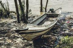 O barco de motor caseiro burmese saiu pela maré no riverbank 2 Fotografia de Stock Royalty Free