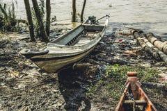 O barco de motor caseiro burmese saiu pela maré no riverbank 3 Fotografia de Stock