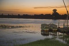 O barco de navigação egípcio tradicional do felluca amarrou no molhe no sol Fotografia de Stock Royalty Free