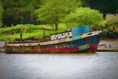 O barco de oxidação velho senta-se amarrado na doca imagem de stock royalty free