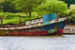 O barco de oxidação velho senta-se amarrado na doca fotos de stock