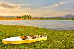 O barco de pá branco no lago tem um fundo montanhoso fotos de stock