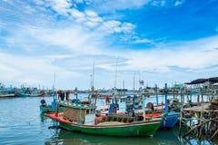 O barco de pesca amarrou no acesso do rio ao mar imagens de stock royalty free