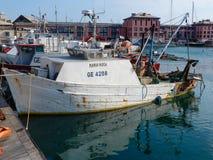 O barco de pesca amarrou no porto de Genoa Genova, Itália fotografia de stock royalty free