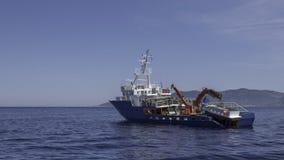 O barco de pesca ancorou perto da ilha azul de Bisevo da caverna Imagens de Stock