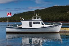 O barco de pesca branco e azul entrou imagens de stock