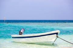 O barco de pesca branco pequeno descansa no mar Imagens de Stock Royalty Free