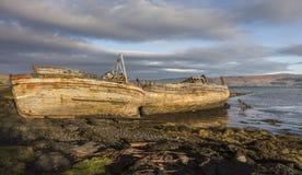 O barco de pesca destrói em Salen na ilha Mull Fotos de Stock Royalty Free