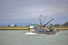 O barco de pesca do mar profundo retorna a Richmond, Canadá Fotos de Stock Royalty Free