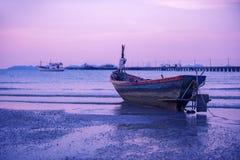 O barco de pesca em pattaya encalha no tempo crepuscular Foto de Stock Royalty Free
