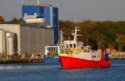 O barco de pesca entra no porto do obrzeg do 'de KoÅ, Polônia imagem de stock