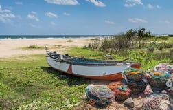 O barco de pesca na costa do oceano imagens de stock royalty free