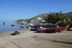 O barco de pesca na praia fotografia de stock royalty free