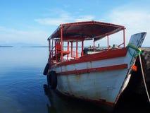 O barco de pesca que estaciona no porto fotografia de stock royalty free