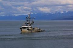 O barco de pesca retorna ao porto foto de stock