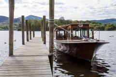 O barco de prazer amarrou ao molhe na água de Derwent, Keswick Foto de Stock Royalty Free