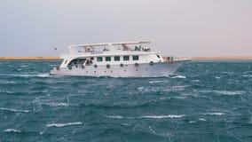 O barco de prazer com turistas est? navegando no mar de tempestade Egito, Sharm el Sheikh vídeos de arquivo