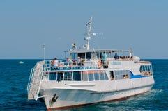 O barco de prazer faz uma excursão ao longo da costa imagem de stock royalty free