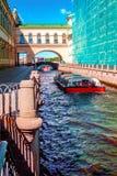 O barco de prazer flutua no canal do inverno em St Petersburg Fotografia de Stock