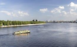 O barco de prazer vai ao longo do rio de Dnieper em um dia ensolarado brilhante Imagens de Stock
