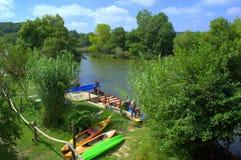 O barco de rio de Veleka tropeça o cais Imagens de Stock