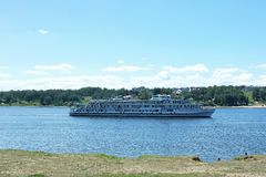 O barco de rio flutua no rio Volga Fotografia de Stock