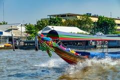 O barco de turista flutua em Chao Phraya River, Banguecoque, Tailândia Imagens de Stock