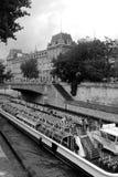 O barco de turista flutua no canal perto de Notre Dame de Paris Fotos de Stock Royalty Free