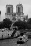 O barco de turista flutua no canal perto de Notre Dame de Paris Foto de Stock Royalty Free