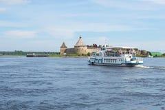 O barco de turista flutua no rio de Neva à fortaleza antiga Oreshek do russo, Rússia Imagens de Stock Royalty Free