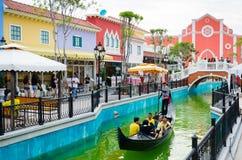 O barco de turista tropeça a sightseeing a beleza da construção dentro Foto de Stock Royalty Free