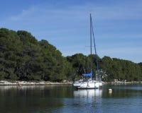 O barco de vela está descansando no mar Mediterrâneo, Jadrija Imagem de Stock Royalty Free