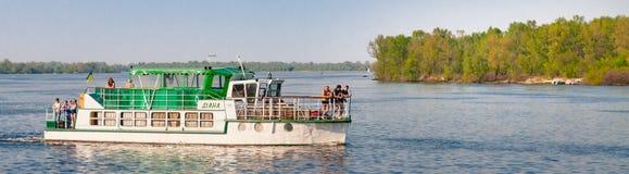 O barco do ` de Diana do ` navega no rio de Dnieper em Kiev, Ucrânia foto de stock
