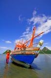 O barco do pescador na praia de Prachuap Fotografia de Stock