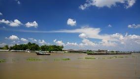 O barco do reboque arrasta a barca da carga, Tailândia Fotografia de Stock