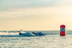 O barco dois F1 com céu bonito e o mar em Bangsaen põem o barco 2017 na praia de Bangsaen em Tailândia Fotografia de Stock