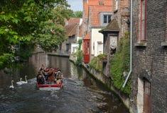 O barco e as cisnes no canal de Bruges Imagem de Stock Royalty Free