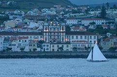 O barco e a cidade Fotografia de Stock Royalty Free