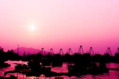 O barco e o por do sol de pesca na cor cor-de-rosa tonificam Imagens de Stock