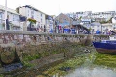 O barco e os povos esvaziam o porto Brixham Devon England Reino Unido do porto Imagens de Stock Royalty Free