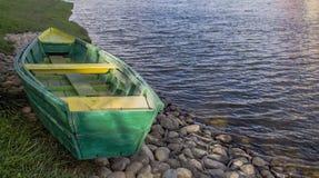 O barco encontra-se na costa do lago fotografia de stock royalty free